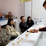 En La SacristIa durante una cata_ Armando sirviendo los vinos