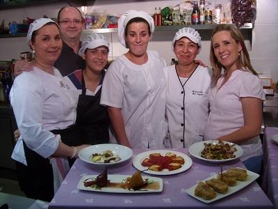 Pedro_junto_a_su_mujer_Ana_M_y_el_equipo_de_cocina