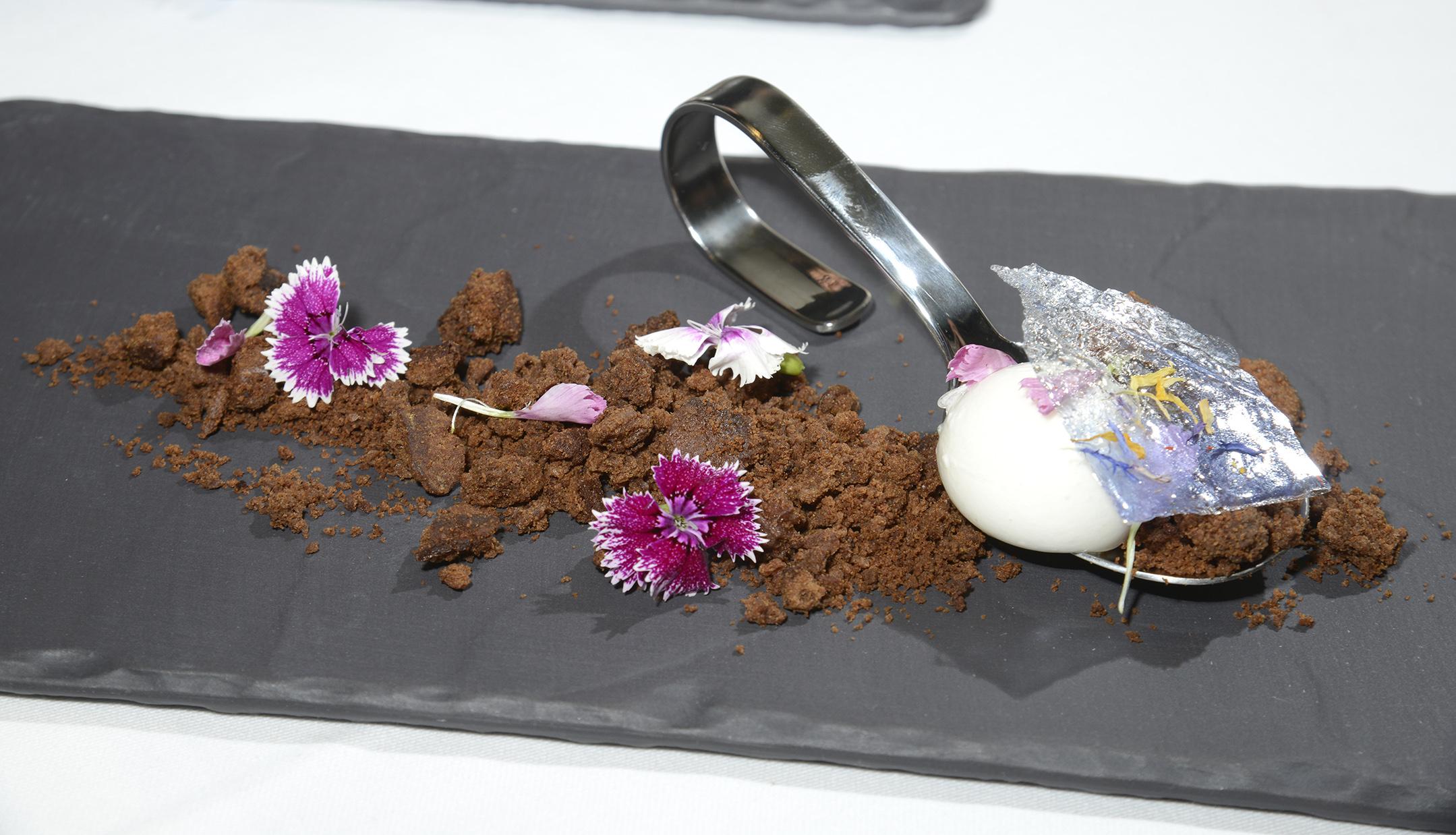 Esferificación de Torta del Casar con obulato y tierra de chocolate (Casa Fonzo)