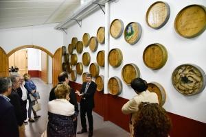José Manuel Pérez mostrando las instalaciones en este 35 cumpleaños a algunos de sus invitados.