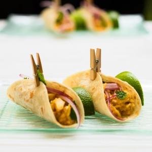 Taco de Pollo al curry MX con cilantro y arroz jazmín _ InterContinental Madrid