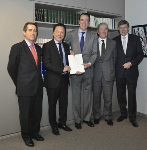 Imagen de la firma del acuerdo alcanzado en febrero de 2014 entre ambas compañías.