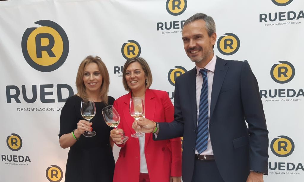 (desde la izda) La consejera de Agricultura y Ganadería de Castilla y León, Milagros Marcos, junto a Carmen San Martín y Santiago Mora.